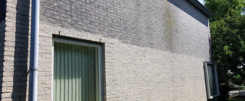 Professionele gevelreiniging van een vrijstaande woning met witte metselsteen in Oudorp/Alkmaar