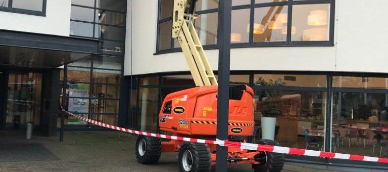 Reinigingswerkzaamheden voor de gevelbeplating van Winkelcentrum Purmerend